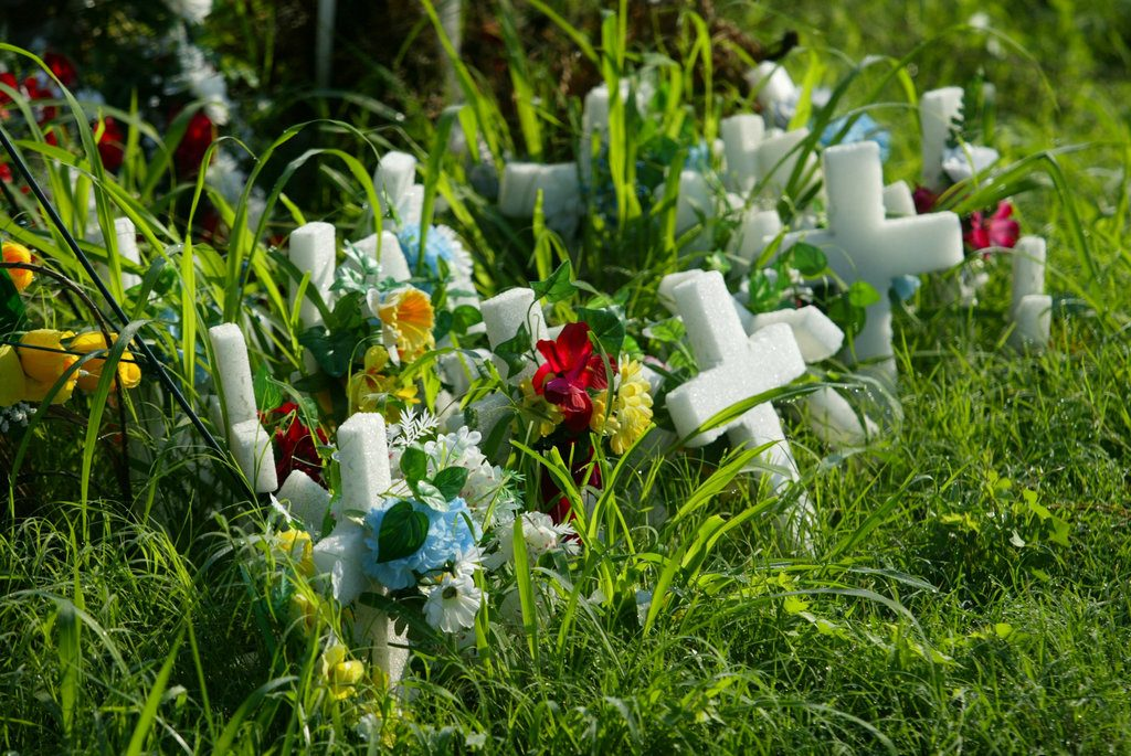 Memorial para los 12 migrantes muertos en el condado de Victoria del sur, Texas, en 2003, cuando el tráiler en el que viajaban fue abandonado con ellos dentro. FOTO: Frank Tilley/The Victoria Advocate via AP