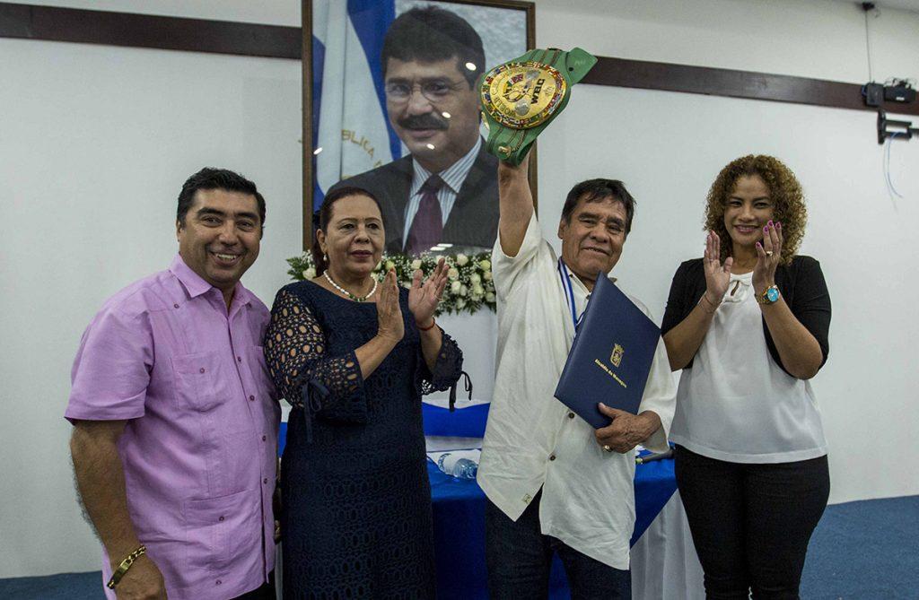 FOTO EFE. El vicealcalde de Managua, Enrique Armas, la alcaldesa de Managua, Daysi Torres, y la secretaria de la alcaldía de Managua, Reyna Rueda, entregaron el reconocimiento al ex campeón mexicano.