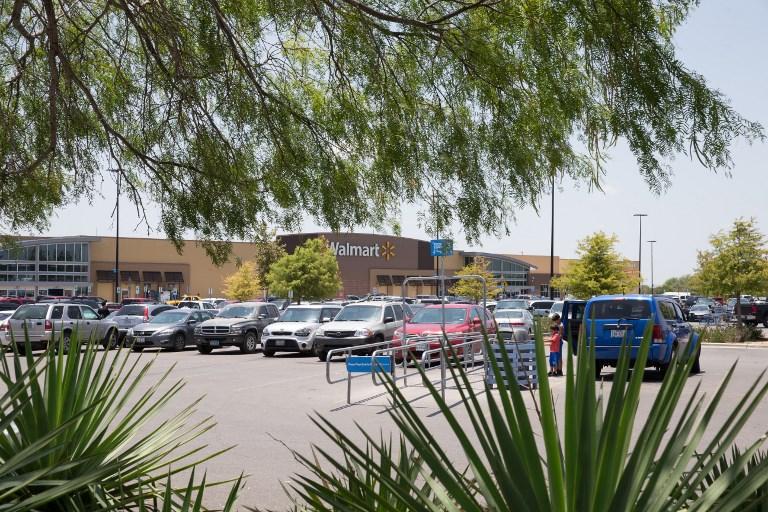 Tienda Walmart en la que fue hallado el tráiler en el que murieron ocho migrantes, en Texas. FOTO: AFP/ SUZANNE CORDEIRO