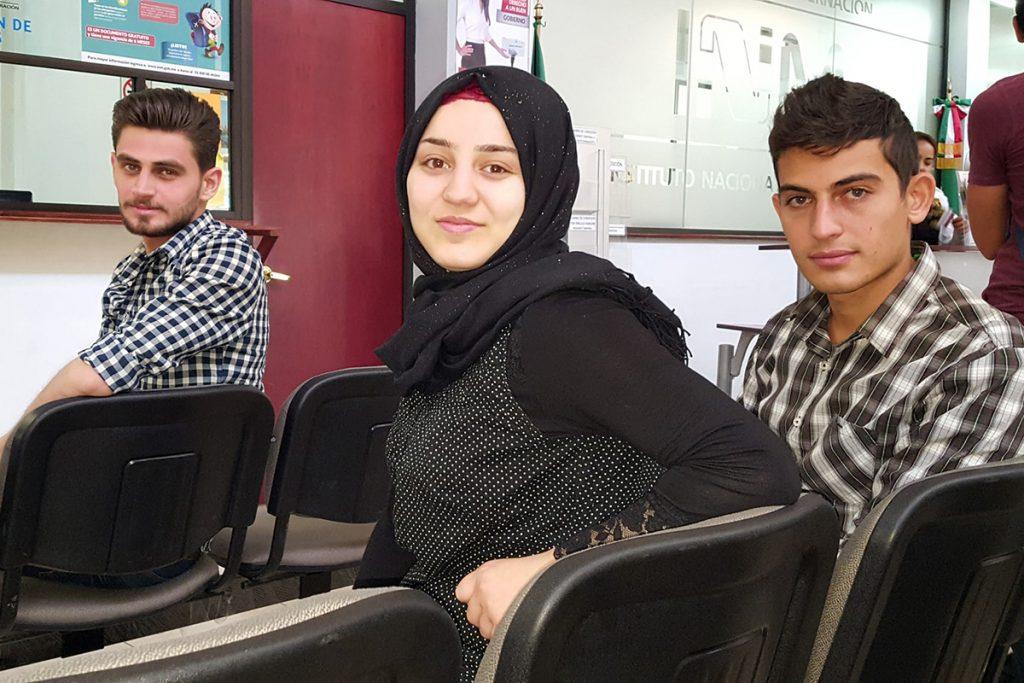 Silva Hassan Namo, 22, Amer Bahra, 24, y Ahmed Aldabak, 23. Foto: Nina Lakhani para The Guardian
