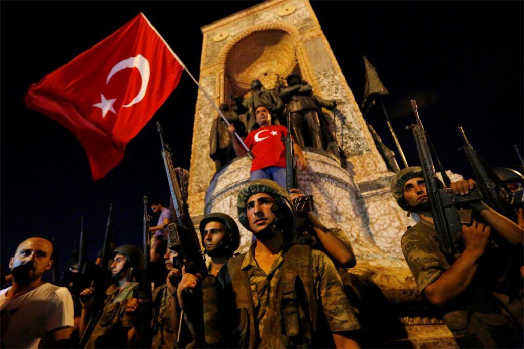 Militares turcos hacen guardia en la Plaza de Taksim de Estambul en Julio de 2016. FOTO: Archivo Reuters