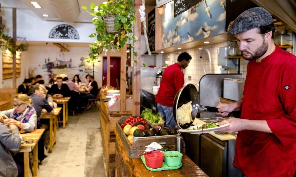 Restaurante en Holanda, se preparan desayunos sin atender la emergencia sanitaria por contaminación de huevos. @AFP