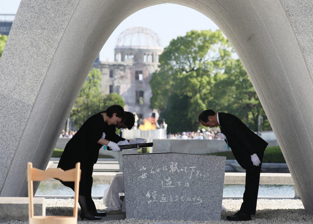 Kazumi Matsui, alcalde de Hiroshima, muestra su ofrenda a las víctimas del ataque. @AFP