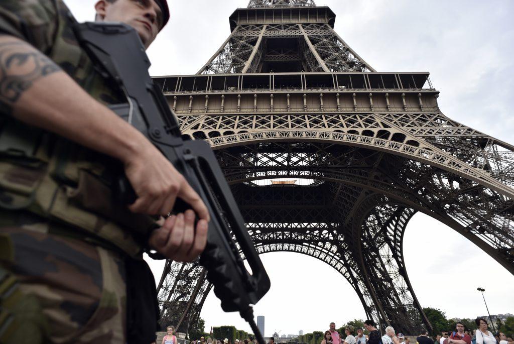 Militares resguardan la Torre Eiffel en París. @AFP
