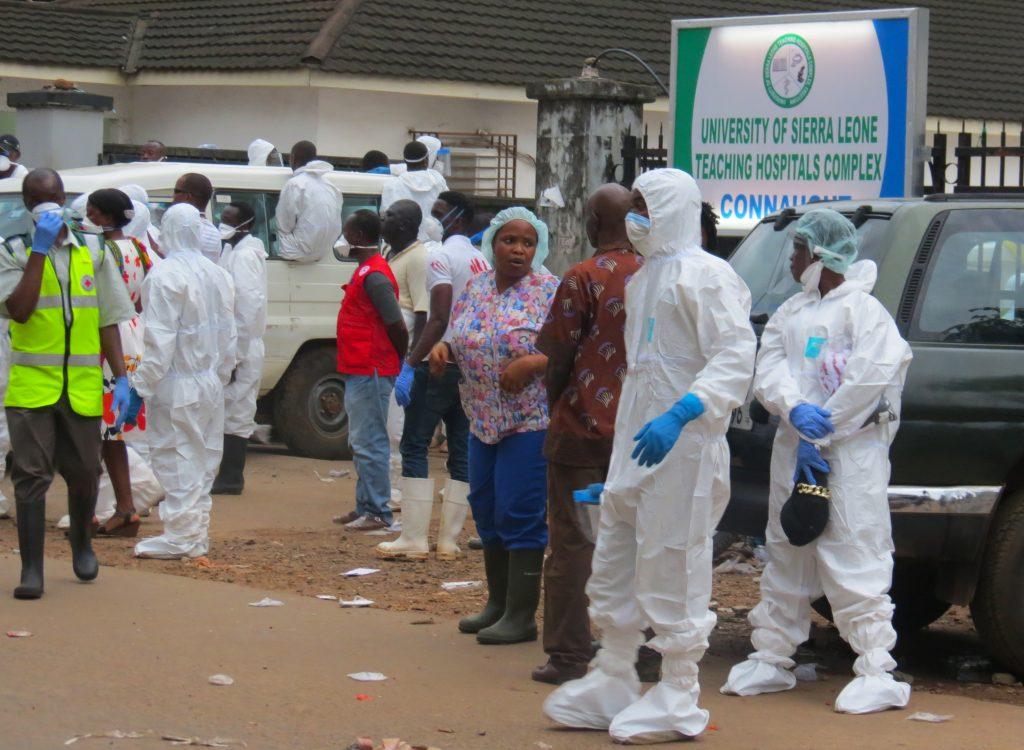 Cuadrilla de trabajadores para enterrar cadáveres. @AFP