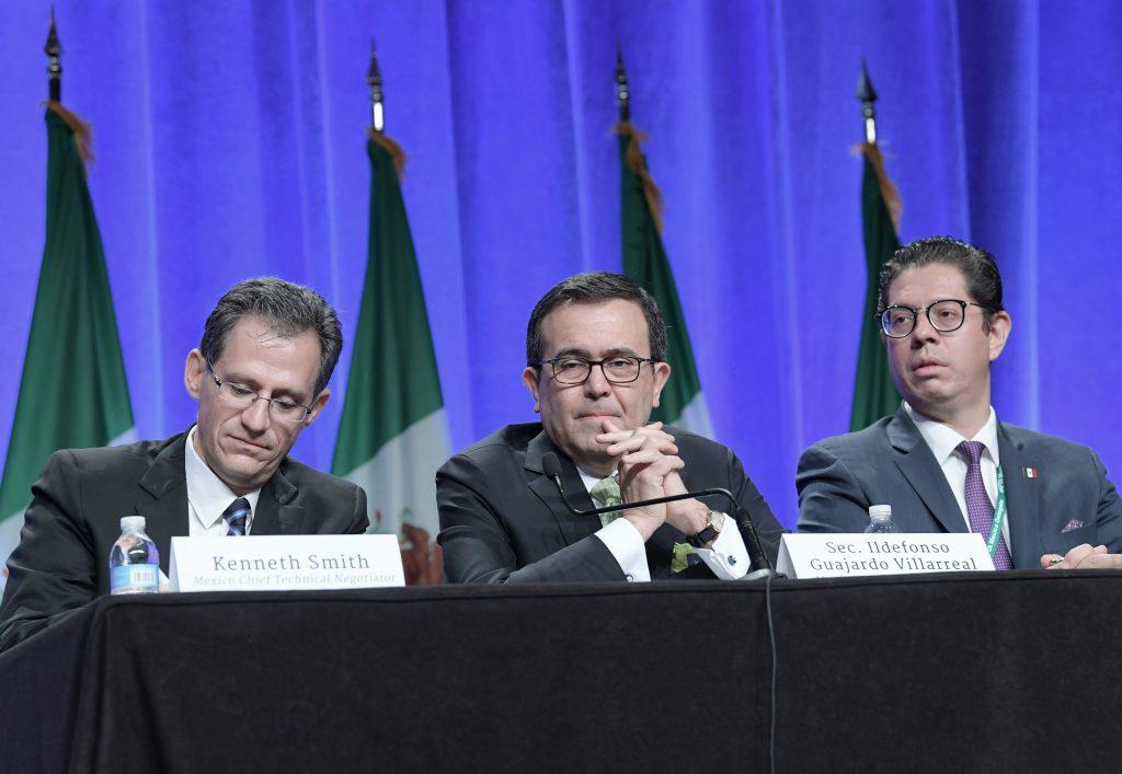 El encargado de comercio de la embajada mexicana en EU, Kenneth Smith; el secretario de Economía, Ildefonso Guajardo, y el subsecretario de Comercio Exterior, Juan Carlos Baker. EFE