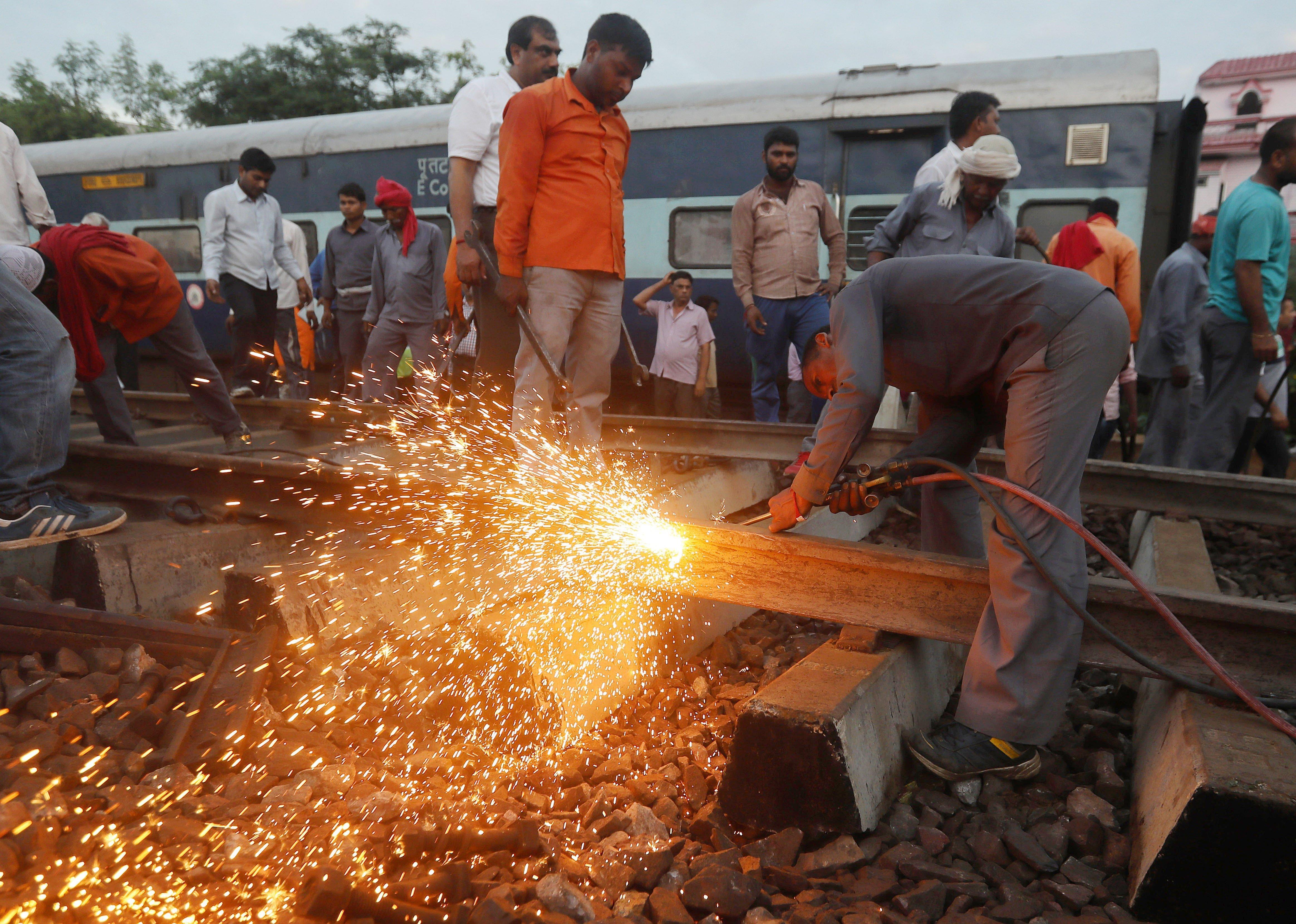 Las autoridades indias elevaron hoy a 123 el número de heridos en el descarrilamiento de un tren ayer en el estado de Uttar Pradesh, en el norte del país, mientras que rebajaron la cifra de muertos a una veintena. EFE