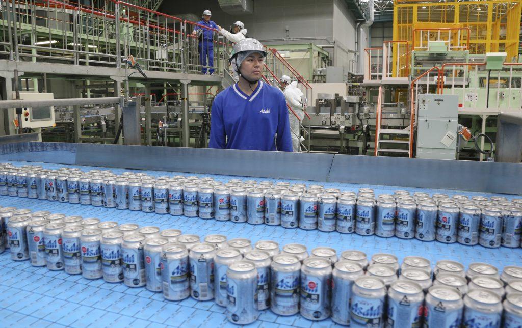 Shinichi Uno vigila la producción de la cerveza Asahi, en Tokio. @AP