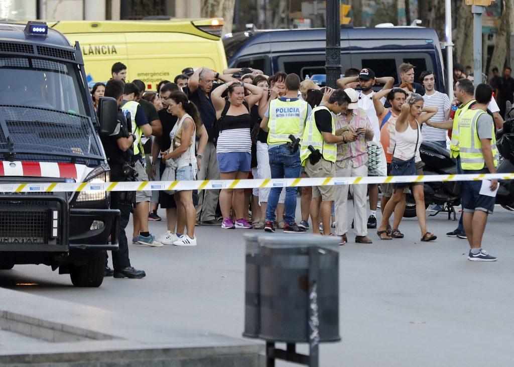 Un grupo de personas alrededor del despliegue policial en el lugar del atentado ocurrido en las Ramblas de Barcelona, en el que 13 personas han fallecido. FOTO: EFE/Andreu Dalmau