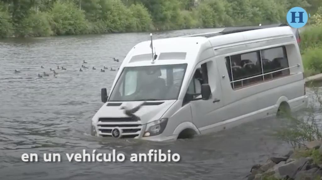 Camioneta anfibio que conduce sobre el agua