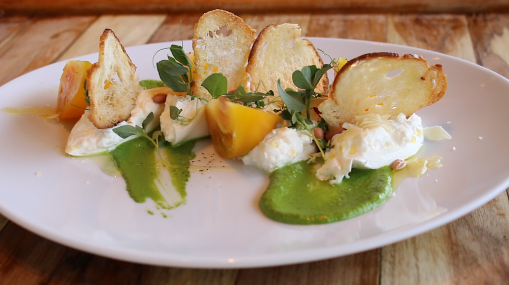 Ensalada de Burrata con jitomate amarillo Heirloom