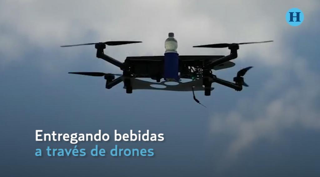 Drones entregan bebidas frías en la playa