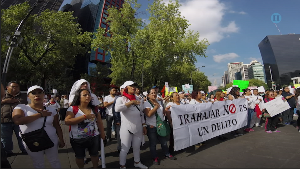 Marchan ambulantes para exigir espacios de trabajo