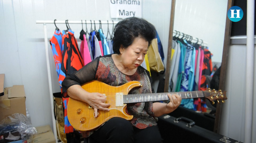 Abuela rockera de Indonesia se vuelve famosa en redes