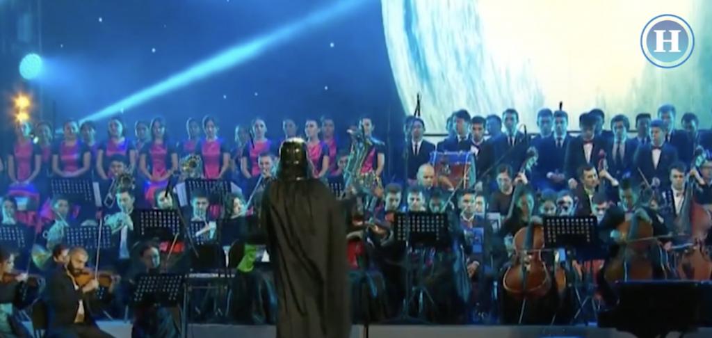 Darth Vader dirige orquesta clásica en Kazajistán