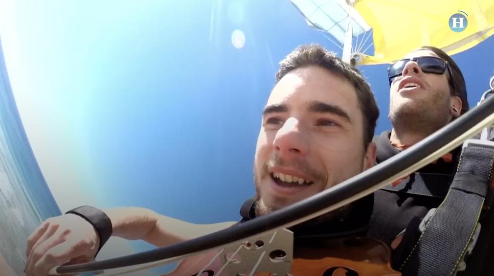 Músico australiano salta desnudo y toca el violín