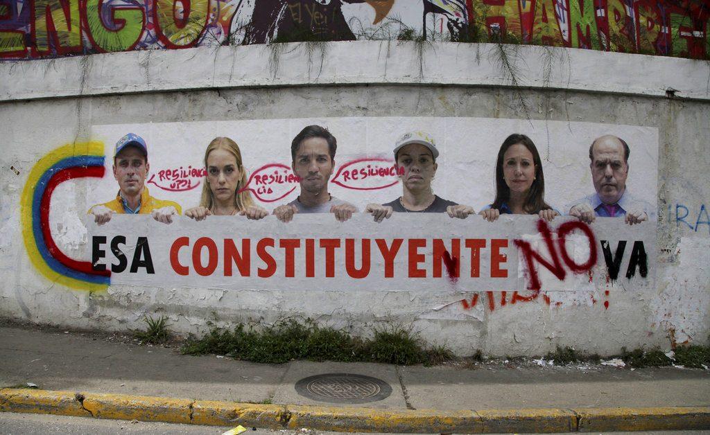 Una pinta sobre una pared en Caracas muestra a opositores del régimen expresando su rechazo a la Asamblea Constituyente. FOTO: AP/Wil Riera