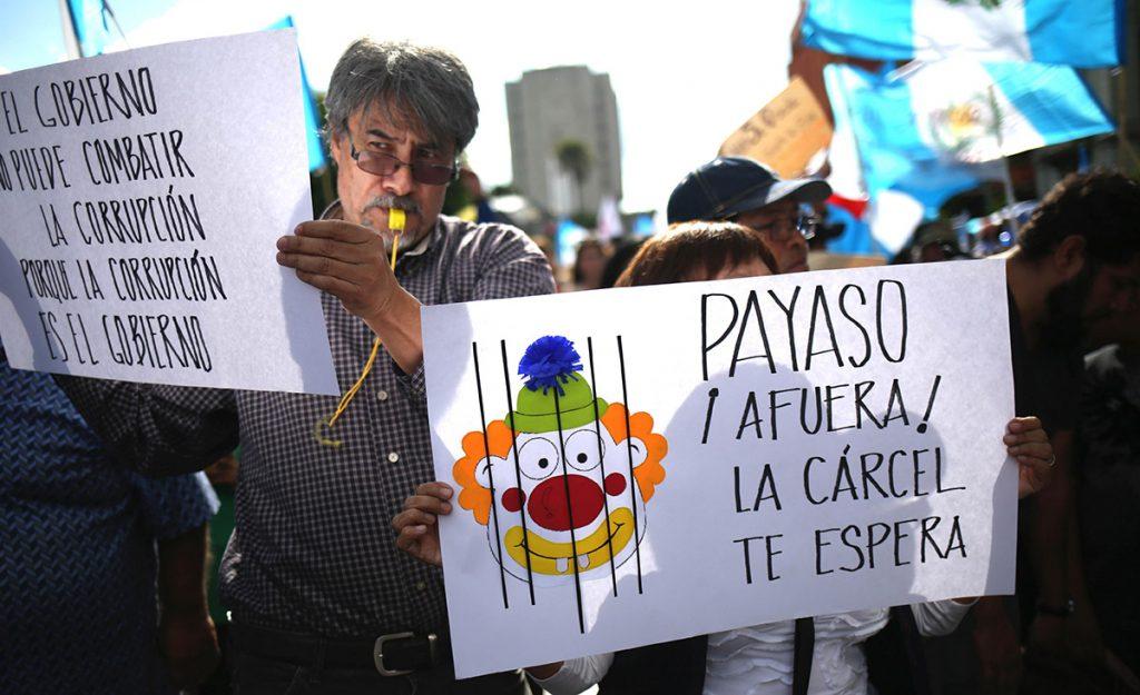 Unos 2 mil guatemaltecos exigieron la renuncia del presidente Jimmy Morales, involucrado en un escándalo de corrupción electoral