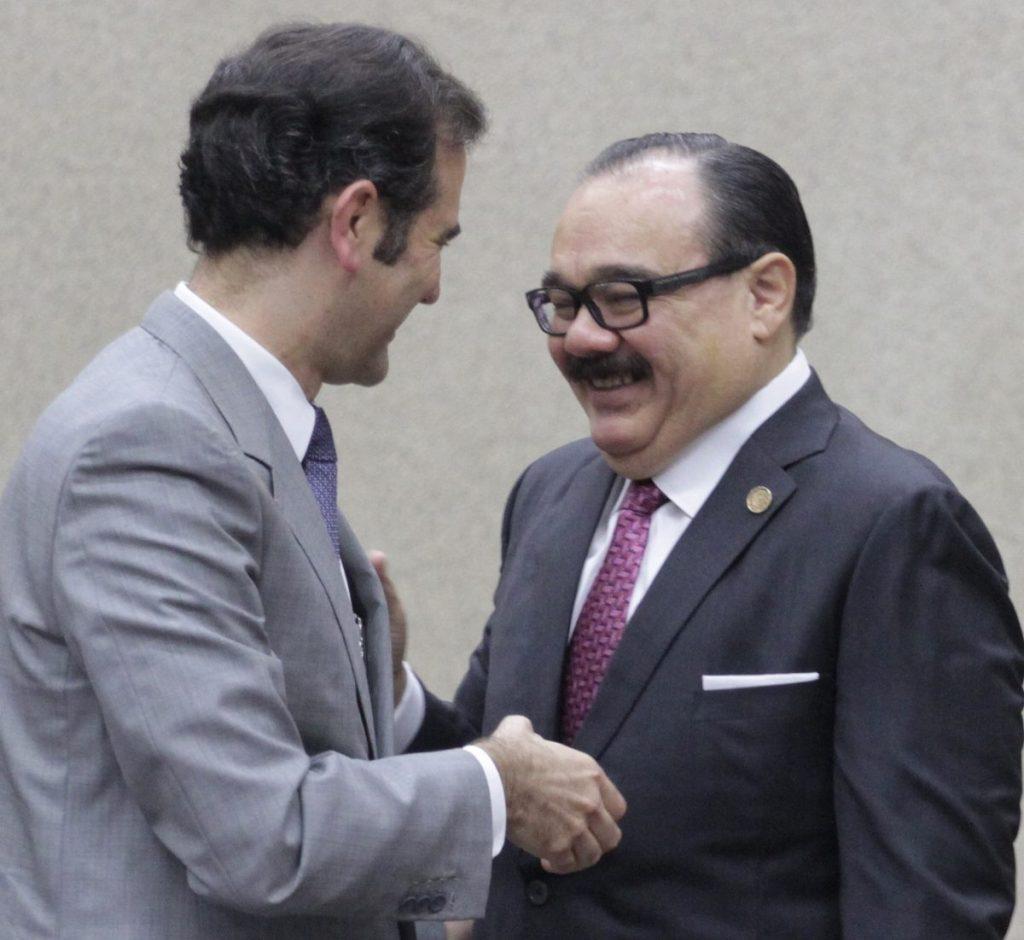 Lorenzo Córdova, consejero presidente del INE, y Carlos Ramírez Marín, representante del PRI ante el instituto. FOTO: ISAAC ESQUIVEL /CUARTOSCURO