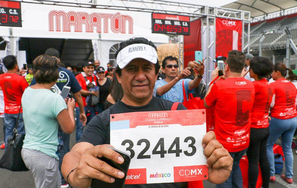 Miles de personas acudieron a recoger su numero de corredor del Maratón de la Ciudad de México .