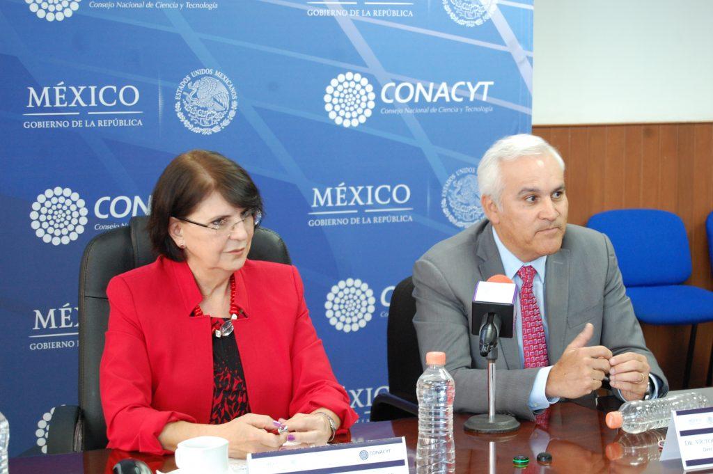 Dolores Sánchez, Directora Adjunta de Posgrados y Becas del Conacyt (izq) y Víctor Gerardo Carreón, Director Adjunto de Planeación y Evaluación (der). FOTO: Conacyt