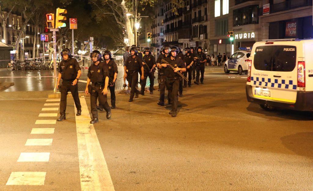 Policía de Cataluña en el lugar donde ocurrió el atentado contra peatones en Barcelona. FOTO: REUTERS/Sergio Perez