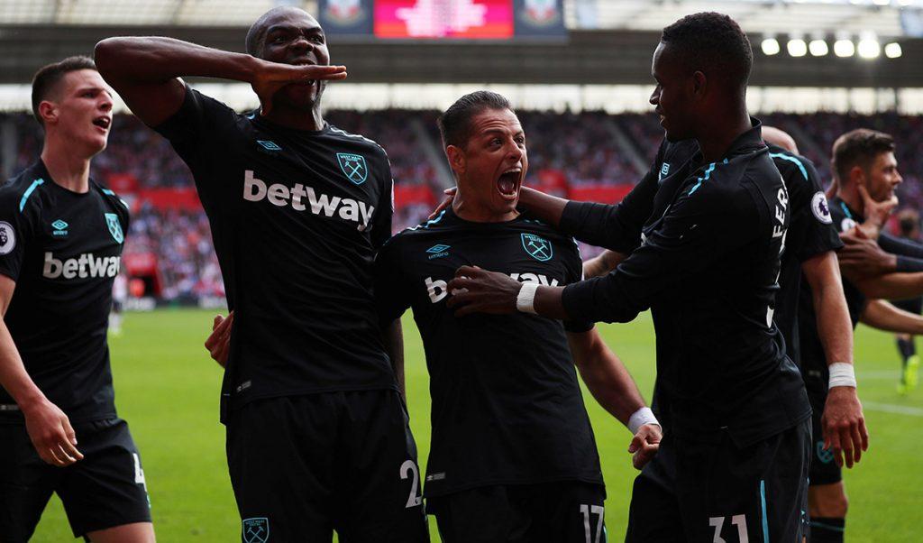 Javier Chicharito Hernández festeja con sus compañeros del West Ham United su anotación