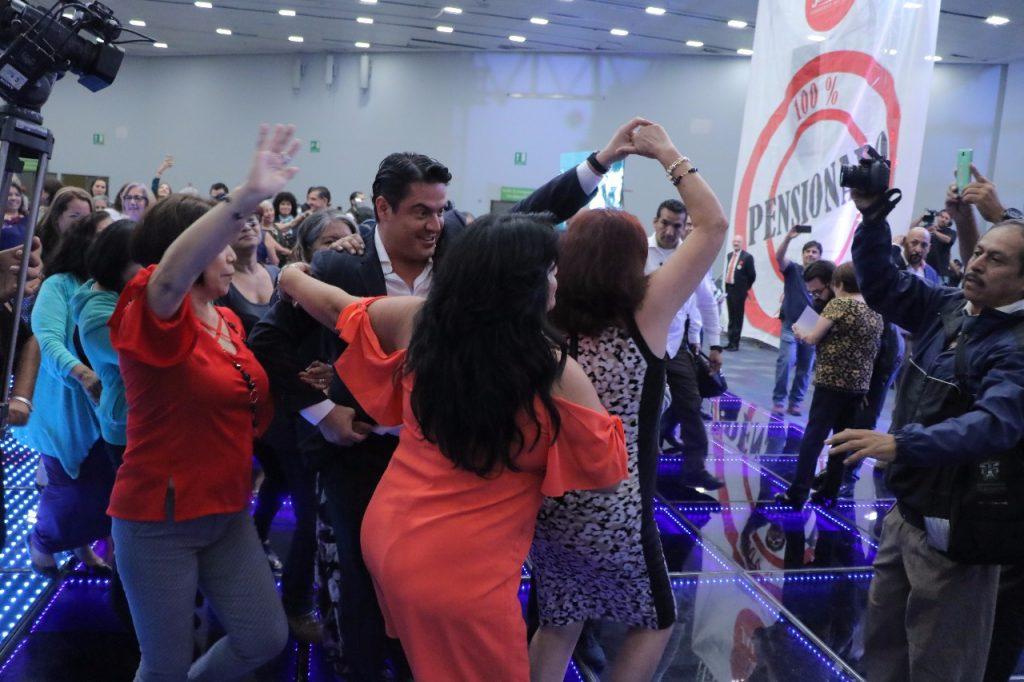 Sacan a bailar al gobernador de Jalisco, Aristóteles Sandoval