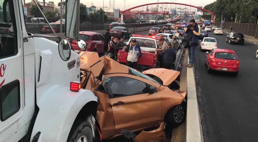 Accidente en Torres de Satélite, tráiler impacta varios vehículos