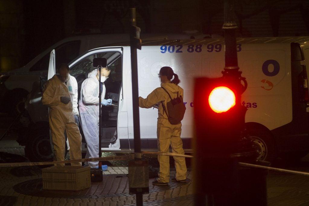 Imagen de la furgoneta que provocó el atentado ocurrido en las Ramblas de Barcelona, en el que un total de 13 personas han fallecido y más de 50 han resultado heridas. FOTO: EFE