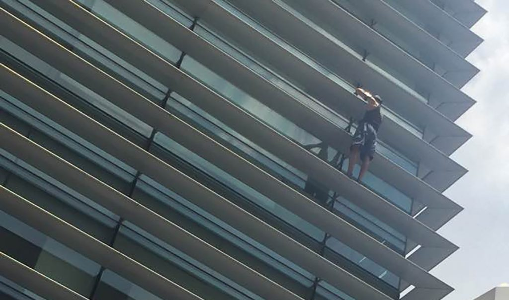Edificio de Nestlé es escalado por un hombre sin arnés