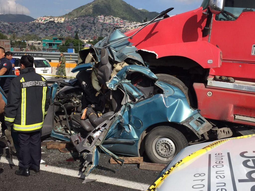 En la México-Pachuca un tráiler embiste a un automóvil, hay un muerto