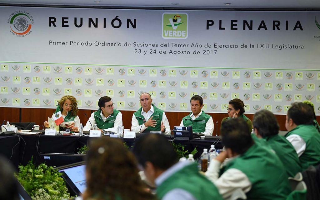 Miguel Ángel Osorio y José Calzada se ponen el chaleco del Verde