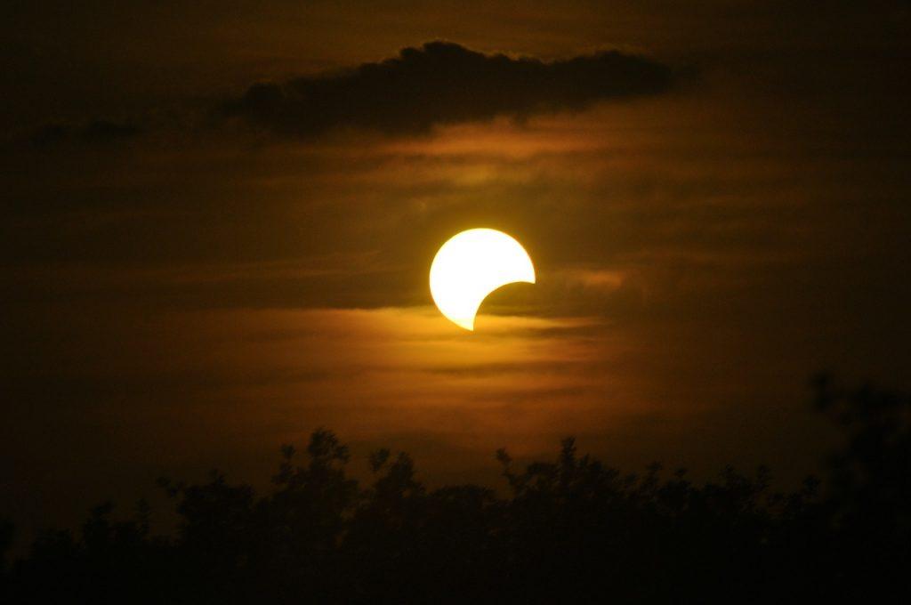 Observa el eclipse solar en vivo aquí