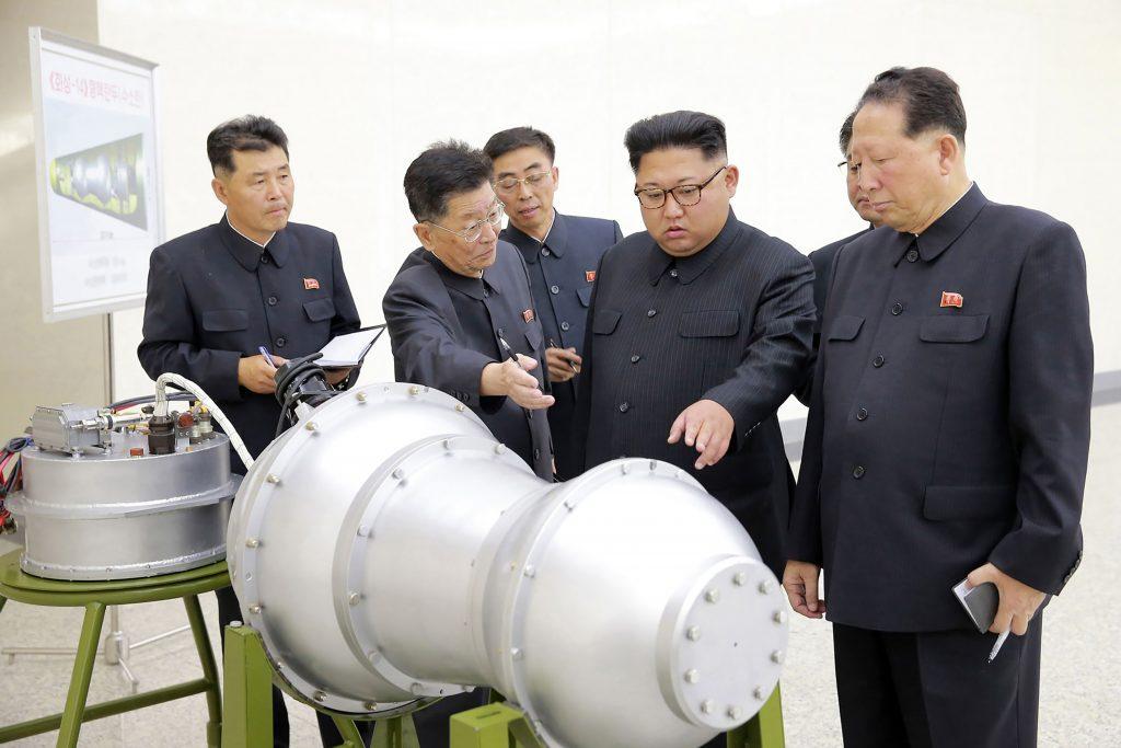 Kim Jong-Un en presencial de un armazón metálico de una bomba. @AFP
