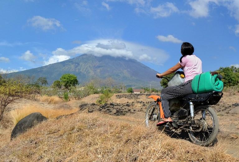 Bali; el temor a un volcán hace huir a 75.000 personas