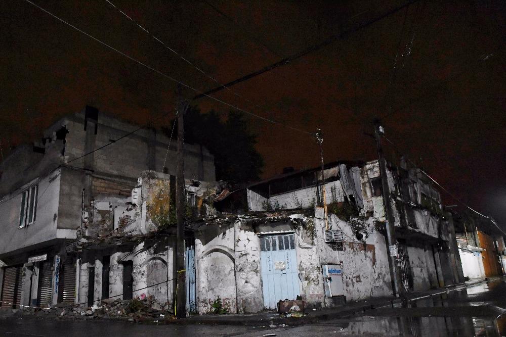 Jojutla es uno de los lugares que más ha sufrido por el sismo del pasado martes. La gente duerme en las calles y los brigadistas han terminado exhaustos.