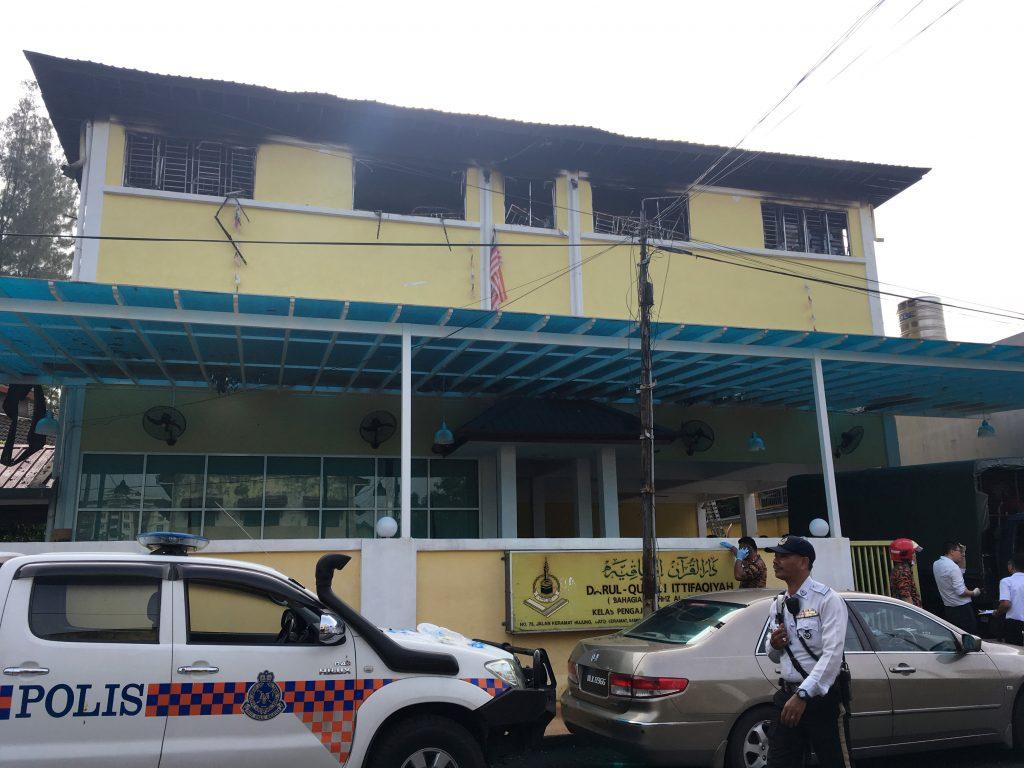 Policía y bomberos a las afueras de la escuela Darul Quran Ittifaqiyah. Reuters.