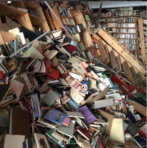 Librería de la colonia Roma remata libros por daños en sismo