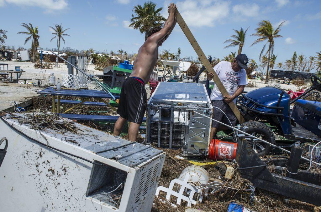 Residentes de Puerto Rico intentan recuperarse del paso del huracán Irma. EFE.