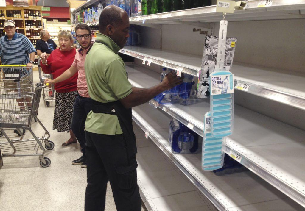 El agua comienza a escasear en tiendas de Florida. @Ap