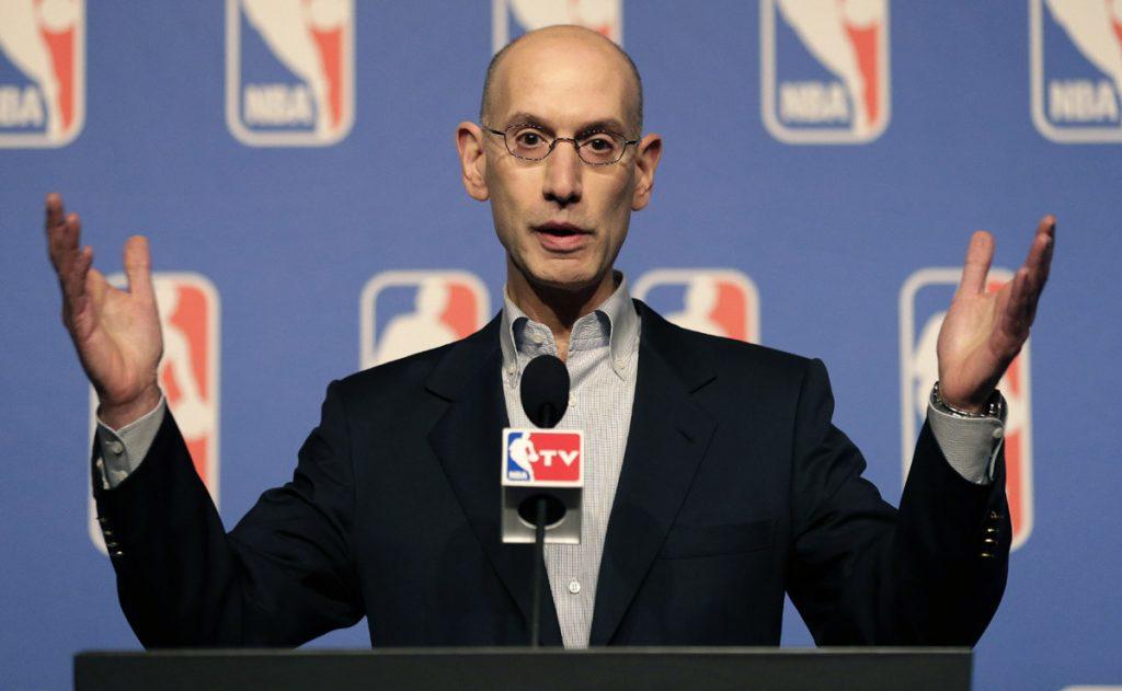 En medio de la polémica por los deportistas 'arrodillados' en señal de protesta, la NBA envía memorándum para recordar que existe una regla al respecto.
