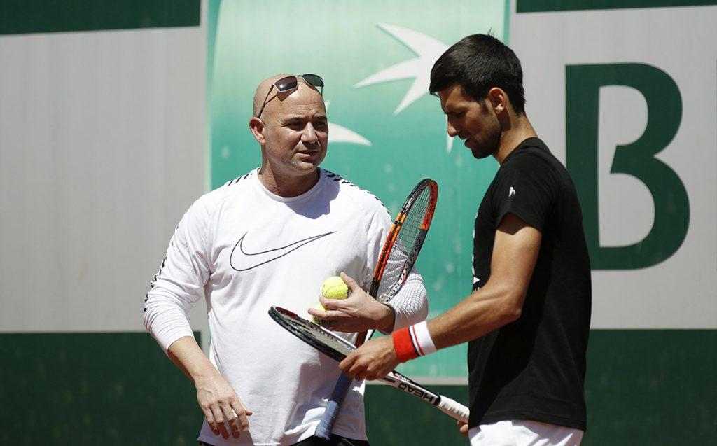 El serbio Novak Djokovic, ausente el resto de la temporada de la ATP por una lesión de codo, anunció que el legendario Andre Agassi seguirá como su entrenador.