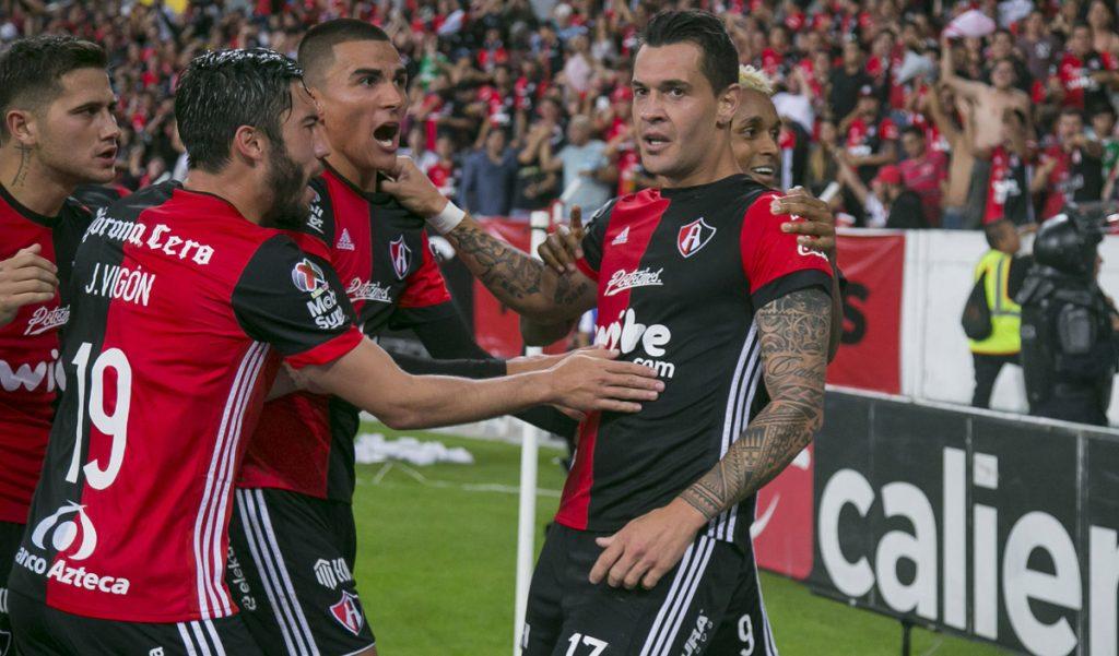 Los Rojinegros del Atlas vencieron 2-0 a los Tiburones Rojos del Veracruz en duelo crucial por el no descenso.