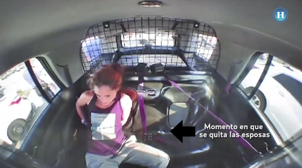 Mujer detenida se quita las esposas y roba una patrulla