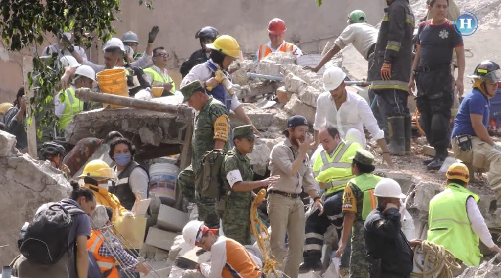 Sismo CDMX: Piedra por piedra vecinos ayudan a quitar escombros