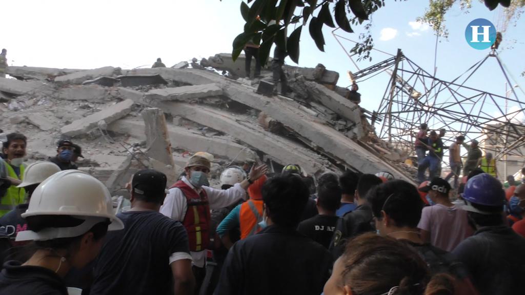 Rescatistas en edificio colapsado de Viaducto y Torreón
