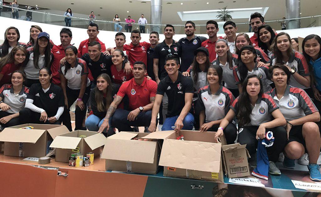 Jugadores de las Chivas Rayadas del Guadalajara y los Rojinegros del Atlas recibieron en Plaza Galerías víveres para los damnificados del sismo.