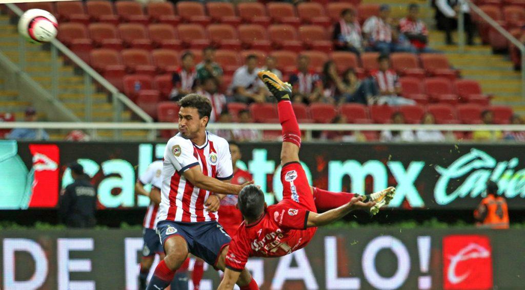 Con un golazo de chilena de Amaury Escoto, Lobos BUAP sacó una importante victoria 2-1 sobre Chivas en Guadalajara; el Rebaño se aleja de la liguilla.