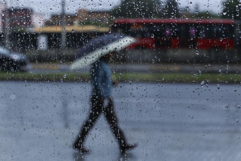 Lluvias reciben a la CDMX al amanecer y complicaciones de tránsito